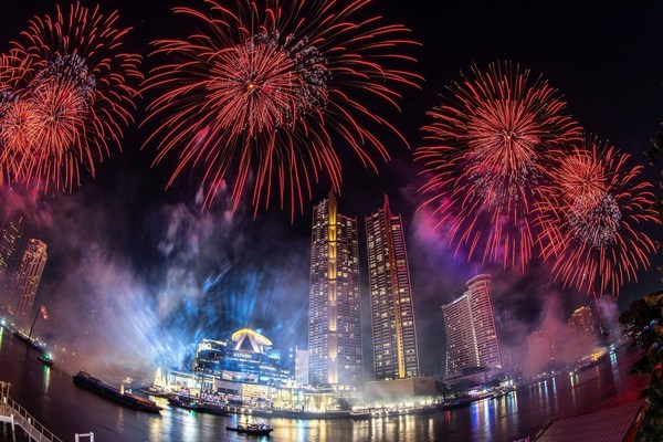 Thailand welcomes the New Year with 25,000 eco-friendly firework display